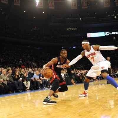Miamin Dwyane Wade yrittää ohittaa Knicksin Carmelo Anthonya