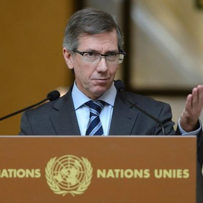 YK-lähettiläs Bernardino Leon puhumassa lehdistötilaisuudessa 4. syyskuuta 2015.
