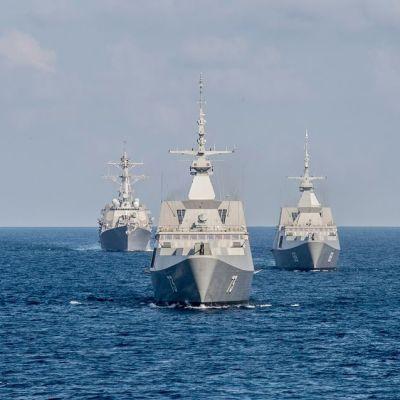 Singaporen laivaston alukset RSS Intrepid ja RSS Supreme, sekä Yhdysvaltain laivaston ohjushävittäjä USS Lassen harjoittelemassa Etelä-Kiinan merellä heinäkuussa 2015.