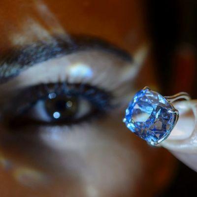 Sininen timantti. Taustalla näkyy ihmissilmä.