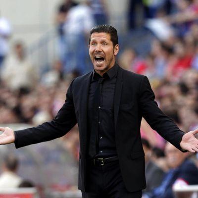 Atlético Madridin päävalmentaja Diego Simeone elehtii kentän laidalla.
