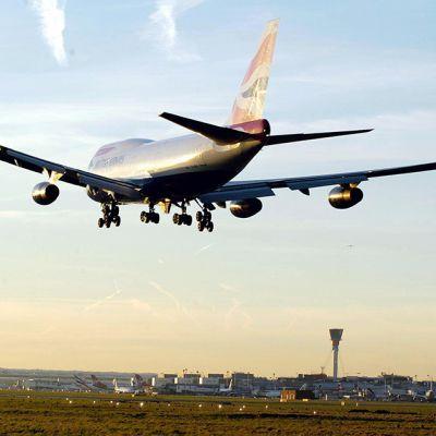 British Airwaysin kone laskeutumassa Heathrow'in lentokentälle.