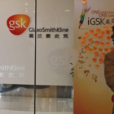 Mies katselee GlaxoSmithKline-lääkeyhtiön mainoksia.