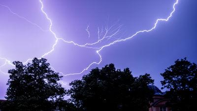Blixtrar på himlen i Berlin, Tyskland 14.7.2021.