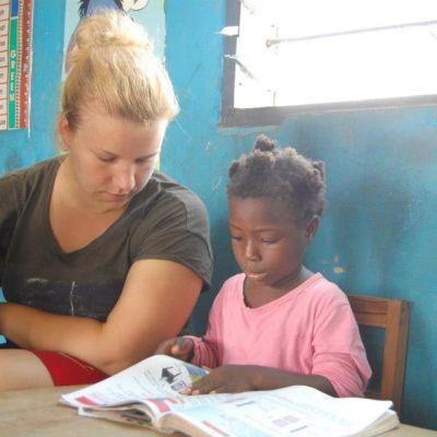 Johanna Aaltonen som volontär i Ghana.