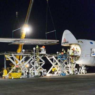Solar Impulse 2 -kone lastataan osissa Boeing 747 rahtikoneeseen.