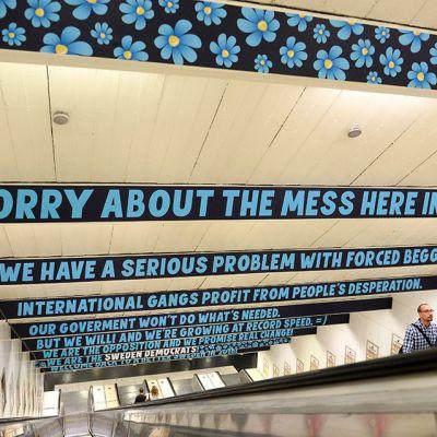 Ruotsidemokraattien mainoksia Östermalmstorgin metroasemalla Tukholmassa 3. elokuuta.