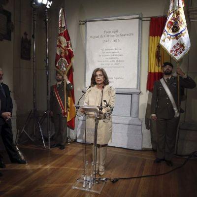 Madridin pormestari Ana Botella puhuu Miguel de Cervantesin virallisissa hautajaisissa.
