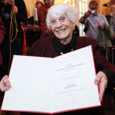 102-vuotias Ingeborg Syllm-Rapoport esittelee tohtorintodistustaan.