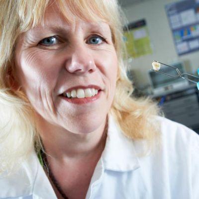 Tohtori Julia Beaumontin pihdeissä on lapsen maitohammas