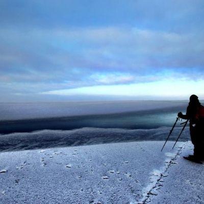 Mies katsoo merenjäälle.