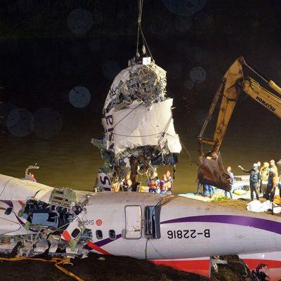 TransAsian pudonneen lentokoneen osia tutkittiin onnettomuuspaikalla Taipein ulkopuolella 5. helmikuuta.