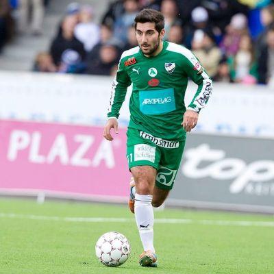 IFK Mariehamnin Josef Ibrahim kuljettaa palloa