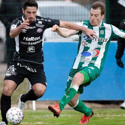 FC Lahden Xhevdet Gela ja KTP:n Ville Oksanen kamppailevat pallosta.