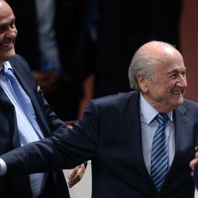 Sepp Blatter nauroi uudelleenvalinnan jälkeen Zürichissä.