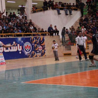 Kasper Vuorinen tuulettaa ässäsyöttöä kotiyleisön edessä Gonbadin runkosarjan viimeisessä ottelussa Zahedania vastaan.