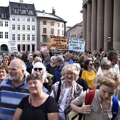 Ihmiset osoittavat mieltään uuden hallituksen pakolaispolitiikkaa vastaan 26. elokuuta Kööpenhaminassa.