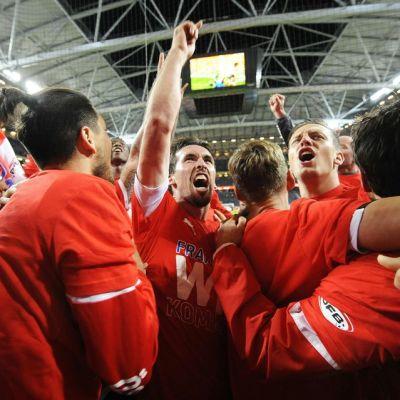 Itävallan maajoukkue juhlii pääsyä jalkapallon EM-kisoihin 2016.