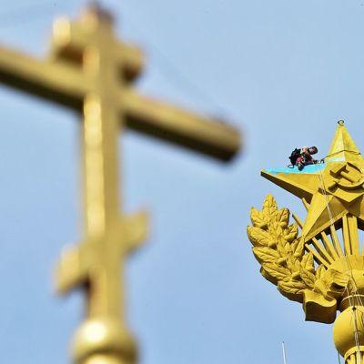 Moskovassa Stalinin-aikaisen pilvenpiirtäjän huipulla sijaitseva tähti maalattiin sini-keltaiseksi 20. elokuuta vastaisena yönä. Kuvassa työntekijä maalaa Ukrainan lipun värejä piiloon.