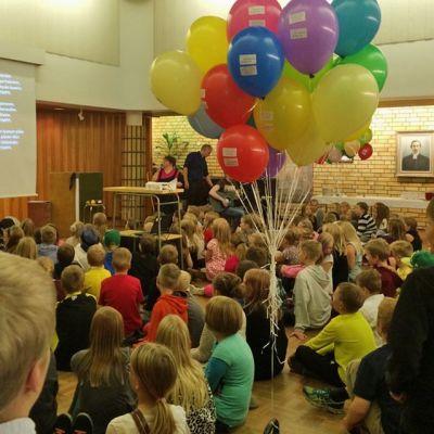 Lapsia Kajaanin keskusseurakuntatalolla.