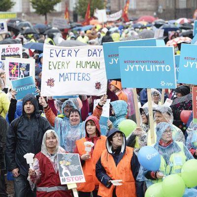 Mielenosoittajia mielenilmauksessa Helsingin rautatientorilla perjantaina 18. syyskuuta 2015.