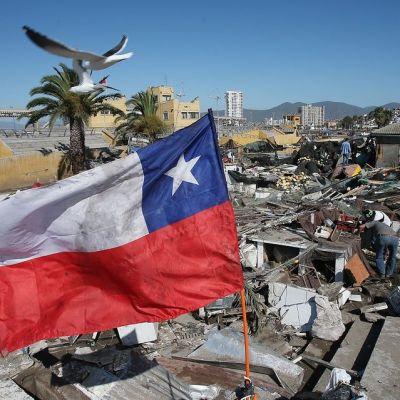 Luhistuneiden kojujen edustalla liehuu Chilen lippu.