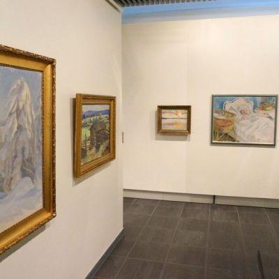 Pekka Halosen tauluja näyttelyssä