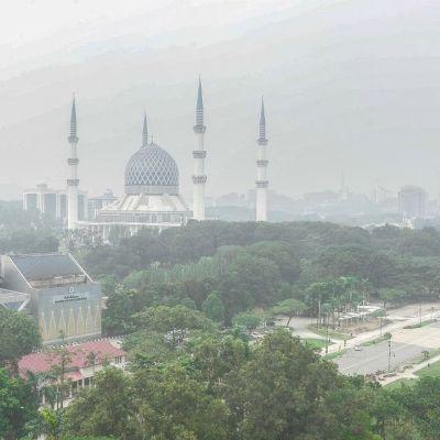 Kuala Lumpurin siluettia savun sumentamana.