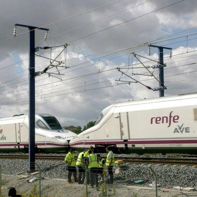 Korjausmiehet yrittivät korjata katkaistua valokuitukaapelia luotijunaradan varressa junan vierellä.