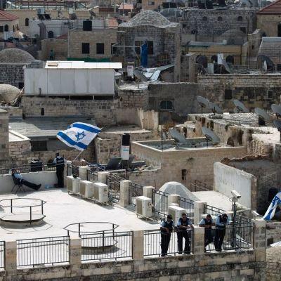Israelilaiset poliisit vartioivat Jerusalemin vanhaakaupunkin talon katolta 8. lokakuuta 2015.