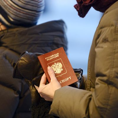 Venäläisturisti Nuijamaan rajanylityspaikalla perjantaina 11. tammikuuta 2013.