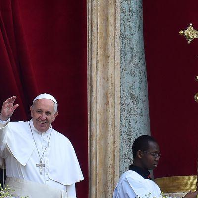 Paavi Fransiscus Pyhän Pietarin aukiolla Roomassa 5. huhtikuuta.