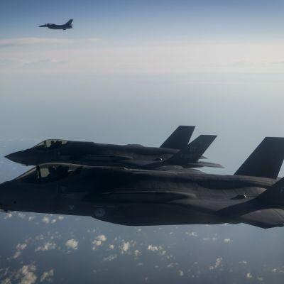 kaksi f-35 hävittäjää ilmassa