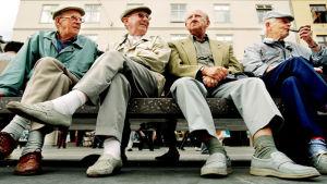 Äldre män på en bänk.