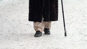 Äldre med promenadstav.