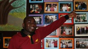 Servitören Gaspar Andrade visar vilka kända affärsmän och politiker från Angola som ofta besöker den angolanska restaurangen.