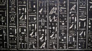 Olika hieroglyfer mot en svart bakgrund.