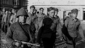 Suomalaisia sotavankeja Viipurissa (1944).