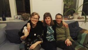 Elina Ahde, Maria Isoaho och Elina Hatakka sitter i en soffa.