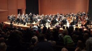 Eleverna från Sibelius-Akademin och Juilliard tar emot publikpplåder,under ledning av Esa-Pekka Salonen