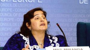 Romen Miranda Vuolasranta håller tal på romforum.