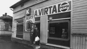Kuvassa Aino ja Tauno Virran elintarvikeliike Porissa.