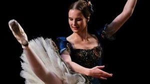 Balettdansaren Ida Viikinkoski i blå dräkt med tutu