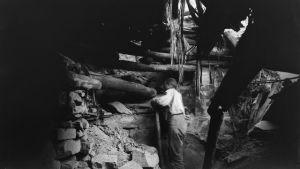 Al Wetherill gräver fram en boning i ett av platåbergen i Mesa Verde.