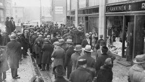 Ihmisiä jonottamassa Alkoholiliikkeen edessä 1932.