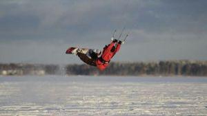 Andreas Bergdahl kitesurfar på vintern