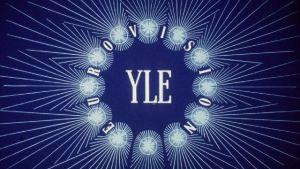 Eurovisio-lähetyksen tunnus televisiossa vuodelta 1985. YLE-teksti keskellä ja ympärillä EUROVISION.