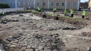 Gammal stenläggning hittades under Pekkatorg i Brahestad