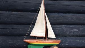 Pasi Hiihtolan kesäleirillä rakentama purjevene