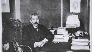 Kirjailija Eino Leino työpöytänsä äärellä vuonna 1922